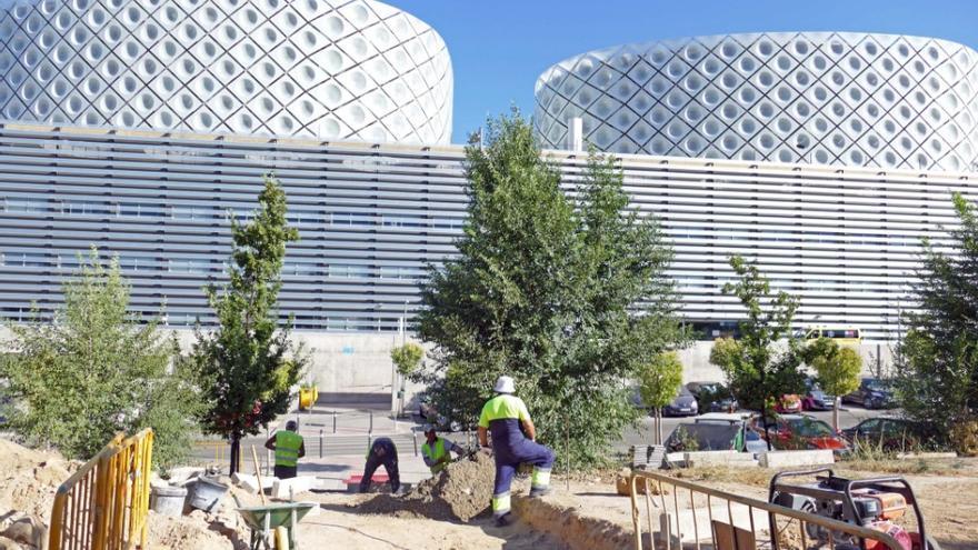 Obras para crear los accesos peatonales al hospital Rey Juan Carlos. / @AytoMostoles