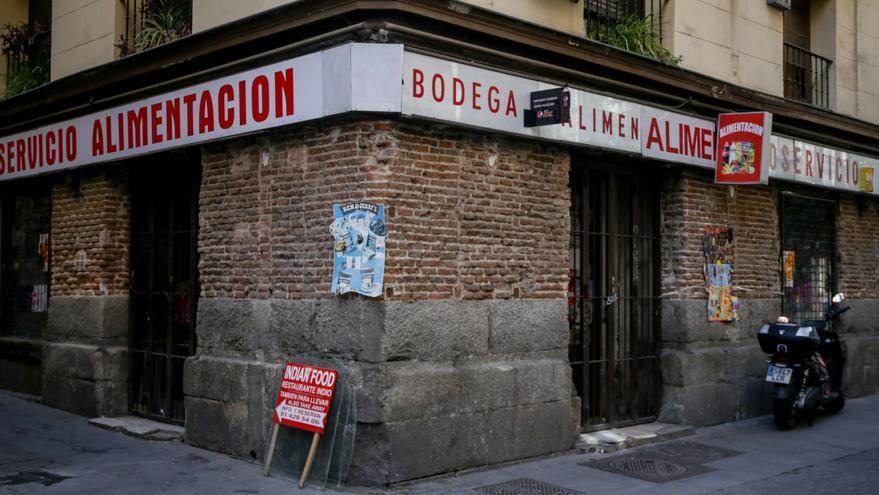 Una tienda de alimentación anuncia su cierre por vacaciones en pleno brote de coronavirus, en Madrid (España) a 10 de marzo de 2020