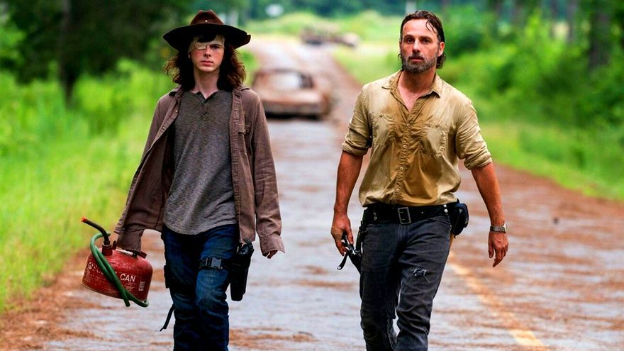 Chandler Riggs (Carl) y Andrew Lincoln (Rick) en The Walking Dead