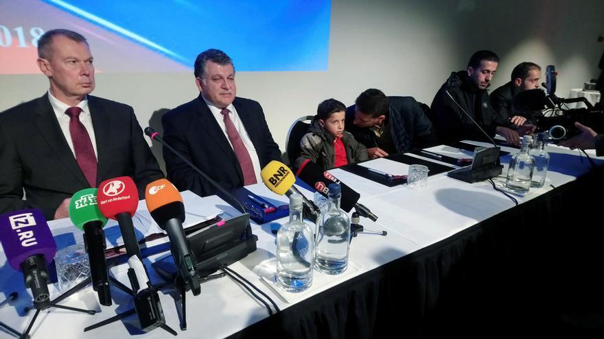 Hasan Diab y su padre durante la rueda de prensa organizada por Rusia en la sede de la OPAQ, el jueves 26 de abril.