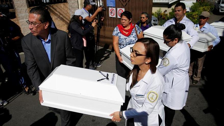 Funcionarios del estatal Instituto de Medicina Legal (IML) de El Salvador fueron registrados este jueves al entregar los restos de seis personas ejecutadas por el Ejército salvadoreño durante la masacre de El Calabozo en 1982, en San Salvador (El Salvador).