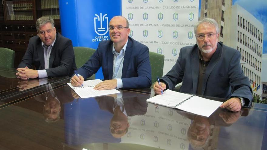 De izquierda a derecha: Jorge González, consejero insular de Infraestructuras; Anselmo Pestana, presidente del Cabildo, y el representante de la empresa Dragados.