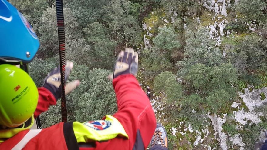 El helicóptero evacua a una pareja perdida en una vía ferrata de Peñarrubia