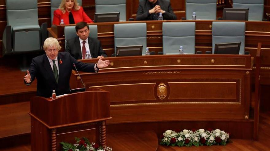 Johnson anima a Kosovo a cooperar con la nueva corte de crímenes de guerra