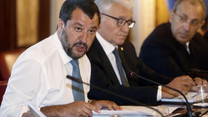 Salvini impide desembarcar a 140 migrantes en barcos de la Guardia Costera