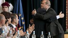 El alcalde saliente Juan José Cardona, y el nuevo alcalde de las Palmas de Gran Canaria, Augusto Hidalgo, se abrazan tras la votación celebrada este sábado en la constitución del Ayuntamiento capitalino. (EFE/Ángel Medina G)