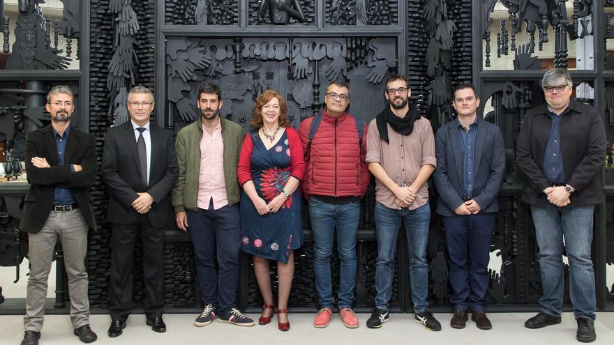 Los ganadores posan junto a Alfredo Luaces (segundo por la izquierda), director general de la entidad