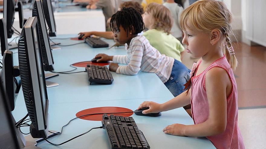 Una niña navega por internet en el Museo de la Comunicación de Berlín (Foto: dalbera | Flickr)