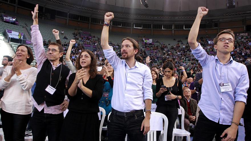 El equipo 'Claro que Podemos' en la primera fila del palacio de Vistalegre, donde se ha celebrado la Asamblea. \ Marta Jara