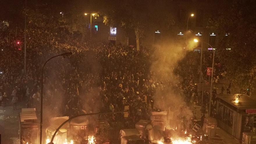 Barricada en la calle Pau Claris con Urquinaona en la quinta noche de protestas.