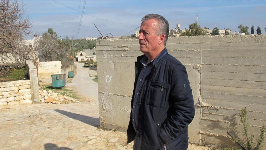 Basem Tamimi en la entrada de su casa de Nabi Saleh.