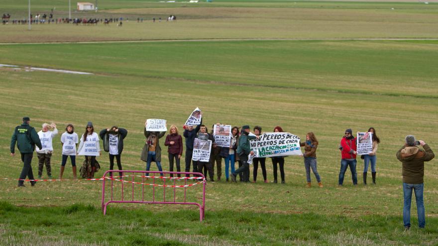 Activistas contra la caza tratan de boicotear el Campeonato de España de Galgos en Campo, celebrada el pasado 1 de febrero en Madrigal de las Altas Torres (Ávila)