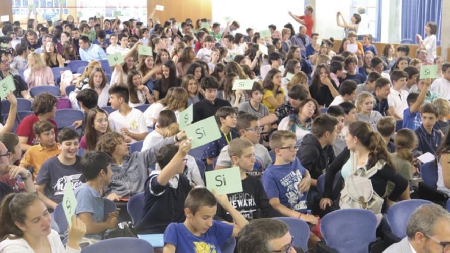 Los niños votan el balance anual de la Federació de Cooperatives d'Alumnes de Catalunya. Foto: M. V.