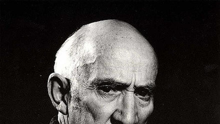 Jesús Otero nació en Santillana del Mar en 1908. Con 12 años realizó sus primeras obras y a los 16 expuso por primera vez, en una muestra conjunta en el Ateneo de Santander. Dedicó su vida a la escultura, a la que consideraba su única compañera.