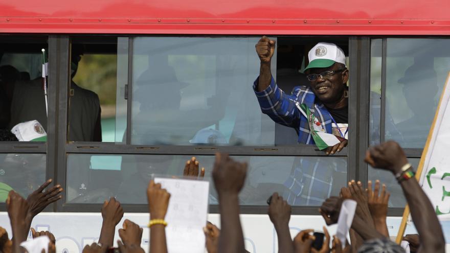 Prince Johnson saluda a los seguidores de la presidenta Ellen Johnson Sirleaf, a quien apoyó durante las elecciones de 2011