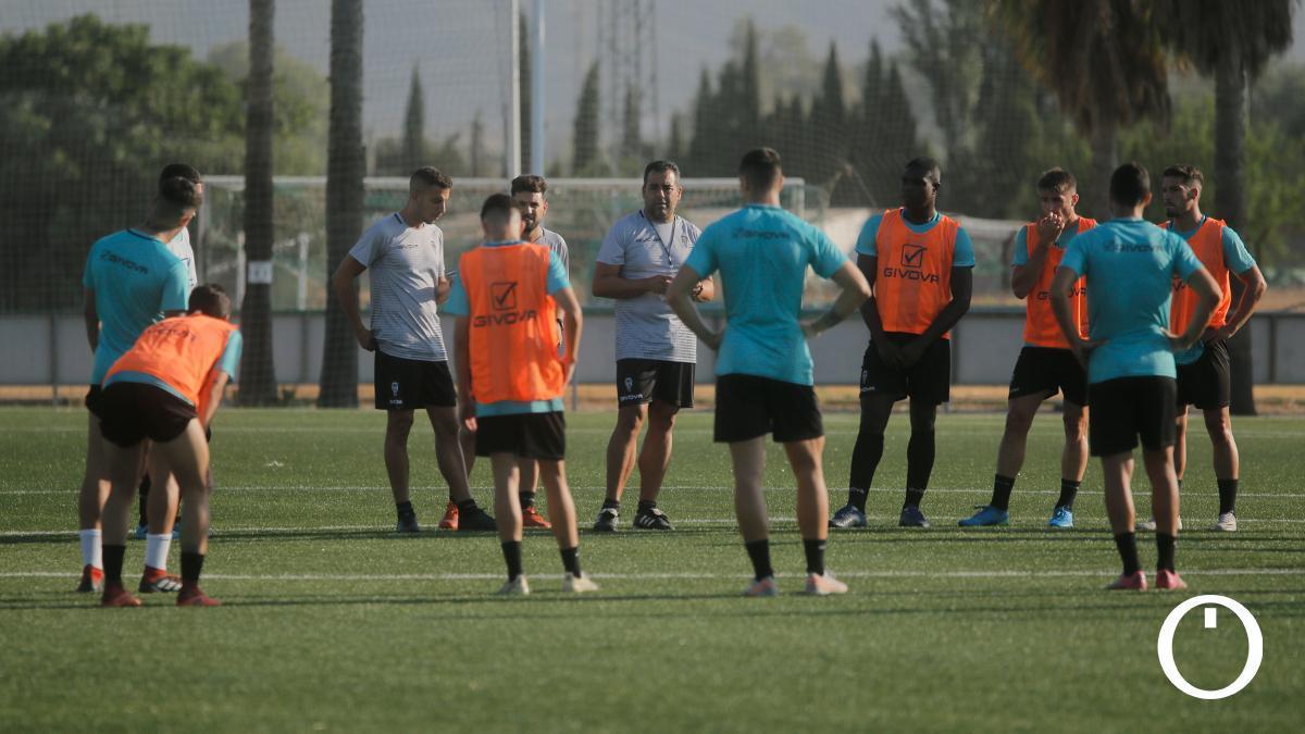 Germán Crespo habla a sus jugadores durante un entrenamiento