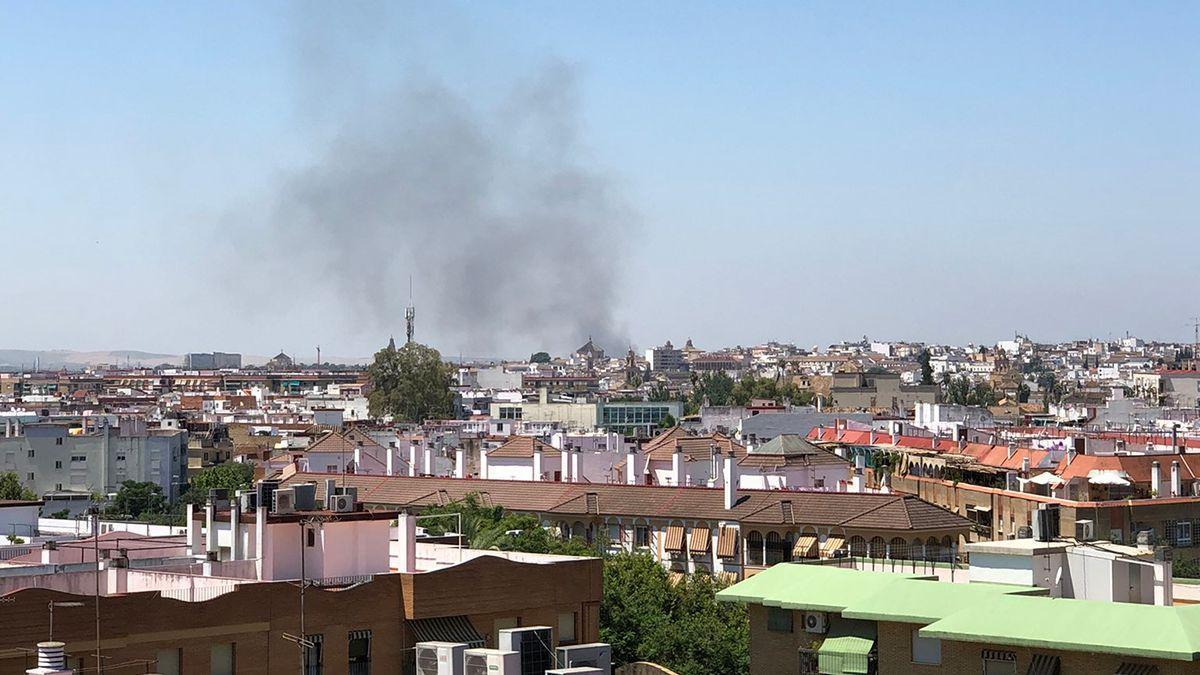 Humo provocado por el incendio junto a El Fontanar