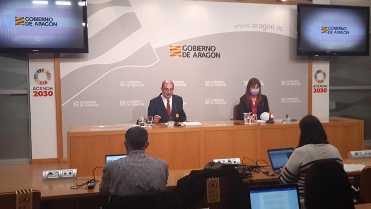 Javier Lambán y la consejera de Sanidad, Sira Repollés, el miércoles en la rueda de prensa