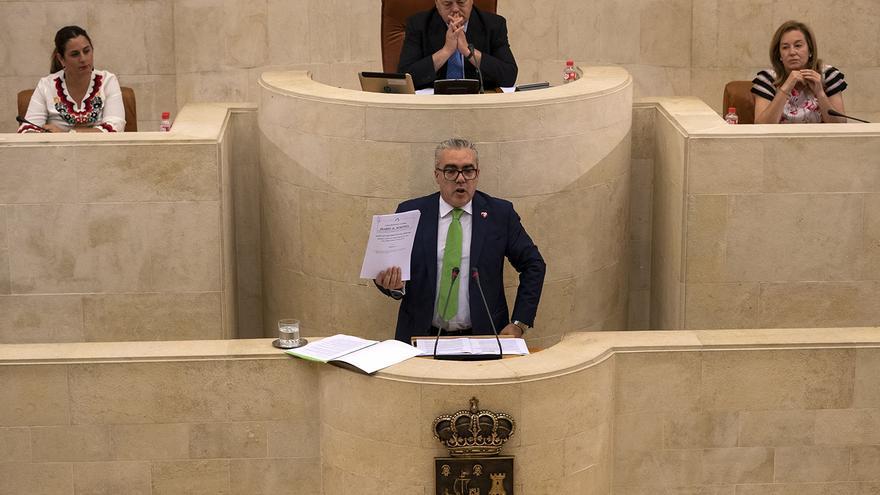 Pedro Hernando muestra el acta con el discurso de Rafael de la Sierra en el debate de investidura de 2007. | J.G. SASTRE