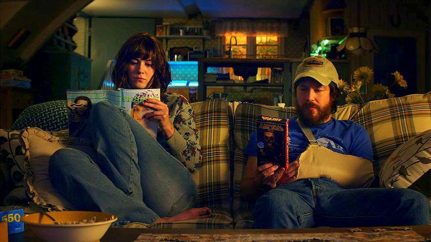 Los protagonistas de 'Calle Cloverfield 10' tuvieron que tirar de juegos y lectura para aguantar el encierro