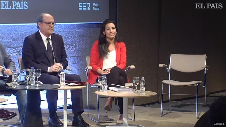 Silla vacía de la candidata Isabel Díaz Ayuso.
