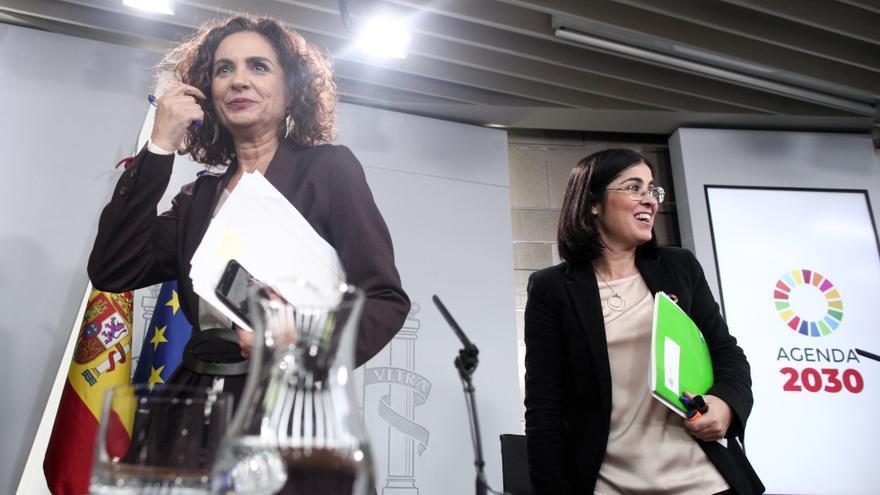 La portavoz del Gobierno, María Jesús Montero, y la ministra de Política Territorial, Carolina Darias, tras la rueda de prensa del Consejo de Ministros.