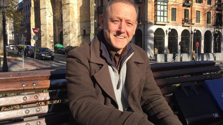 El portavoz de 'Euskal Hiria'-Podemos, Roberto Uriarte, posa después de la entrevista en Bilbao.