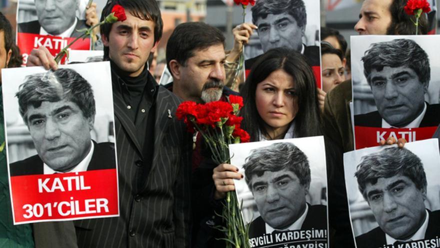 Manifestantes turcos con fotos del periodista Hrant Dink, muerto en una protesta en Estambul, Turquía, en enero de 2007 © APGraphicsBank
