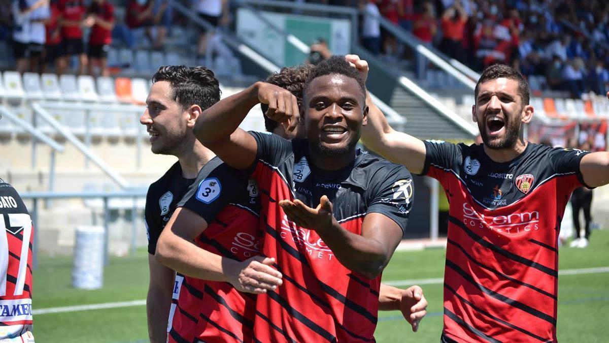 Félix Chenkam celebrando un gol con el Puente Genil