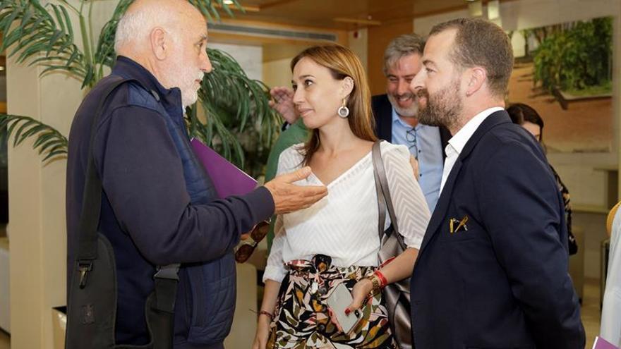 La vicesecretaria de Acción Política del PSOE canario, Nira Fierro (c) conversa con Manuel Marrero (i) y Juan José Márquez (d) de la comisión negociadora de Podemos.