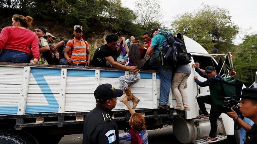 Fotografía de archivo de migrantes hondureños que van en caravana hacia la frontera de México.