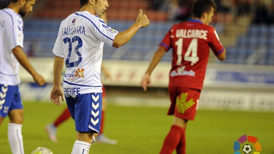 Raúl Cámara disputando el primer encuentro de la liga en Los Pajaritos frente al Numancia.
