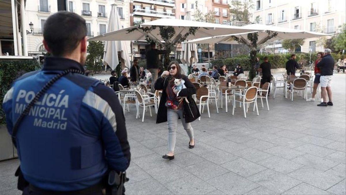 Un policía municipal de Madrid frente a una terraza. EFE