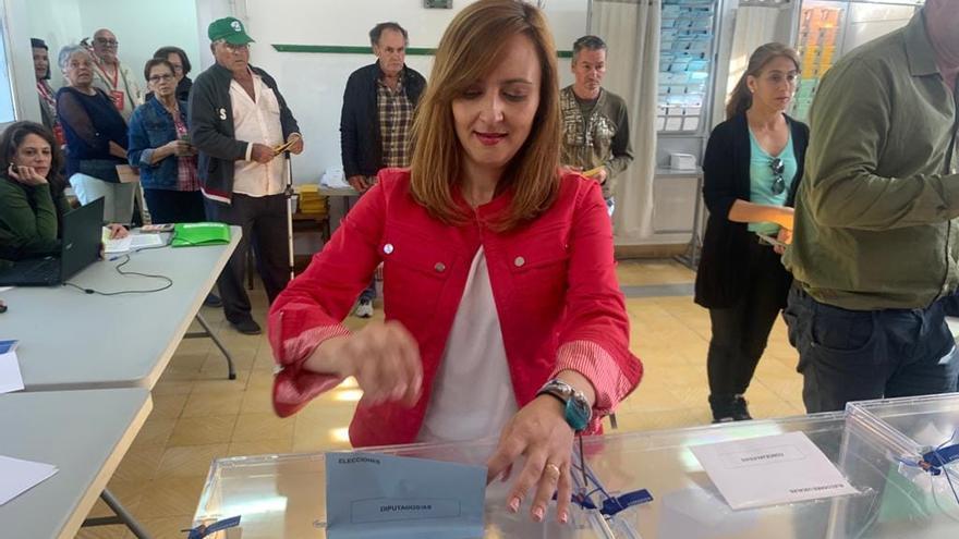 La candidata de Coalición Canaria a la Presidencia del Cabildo insular y al Parlamento de Canarias, Nieves Lady Barreto, ha ejercido su derecho al voto en La Sabina (Villa de Mazo), a las 9:30 horas.