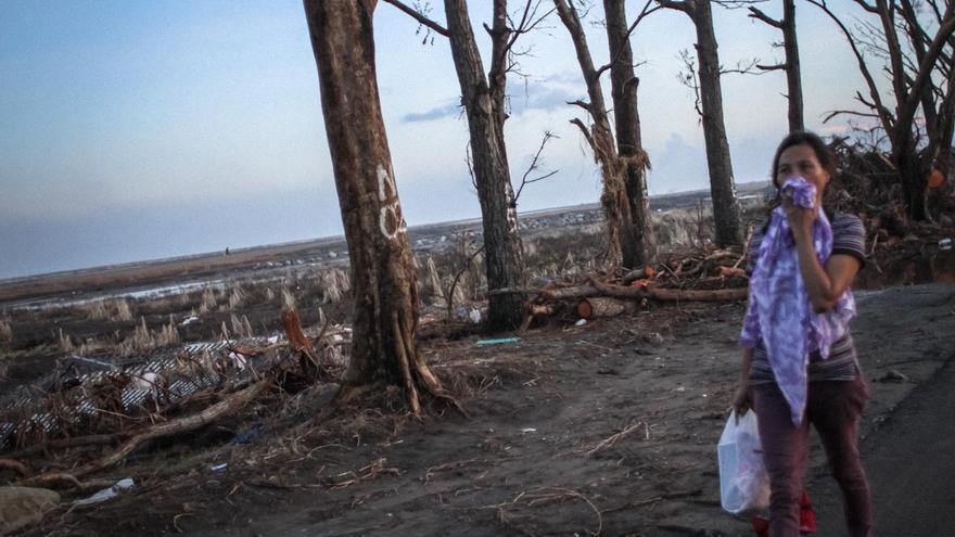 Parte de la autopista nacional que une el aeropuerto de Taclobán con el centro de la ciudad./ Fotografía: Acción contra el Hambre/Daniel Burgui.