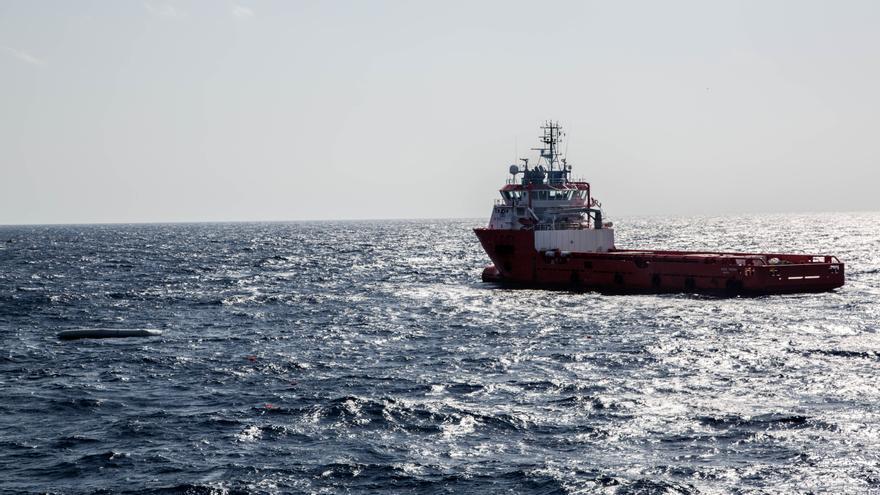 El Vos Hestia llega a ayudar a un buque de la marina noruega después de que dos botes de goma -uno de ellos a la izquierda de la imagen- se volcaran en el Mediterráneo. El equipo de rescate a bordo ayudó a transportar cadáveres al buque militar, junto con dos supervivientes todavía vivos, horas después del vuelco. Se cree que más de 230 personas perdieron la vida ese día. Muchos de los cuerpos nunca fueron recuperados. | Foto: Sasha Nicholl / Save the Children