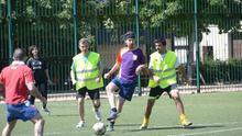 Iglesias juega al fútbol con una camiseta de la selección española en versión republicana