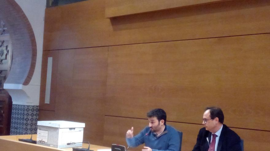 """Vicent Marzà, conseller de Educación, y Vicent Soler, conseller de Hacienda, junto con la """"caja de la vergüenza"""""""
