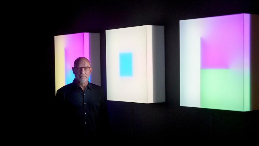 Brian Eno frente a sus 'light boxes'