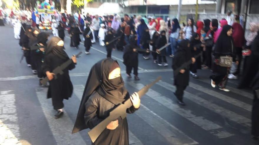 Durante el desfile, las chicas llevaban atuendos yihadistas y armas de cartulina