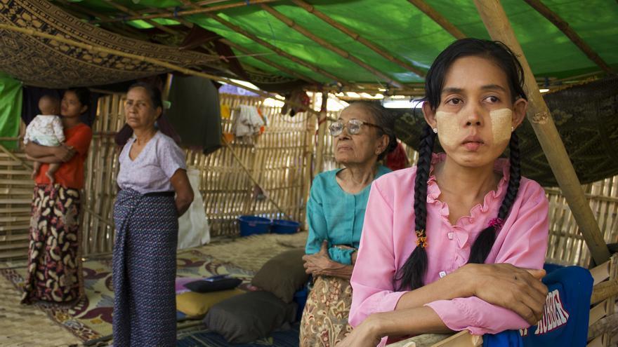 Desplazadas internas musulmanas en un campo clandestino en las inmediaciones de Meiktila, en el centro de Birmania. 5 de abril de 2013. © Carlos Sardiña Galache.