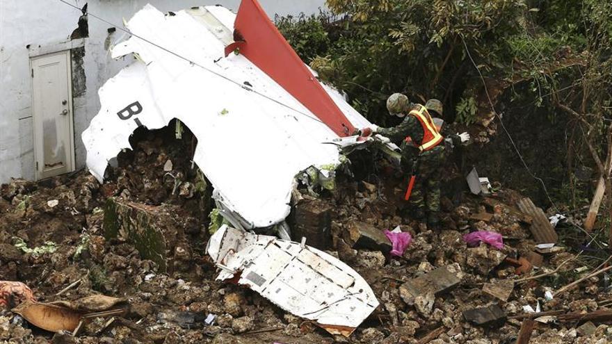 Al menos 12 muertos al estrellarse un avión militar en Indonesia