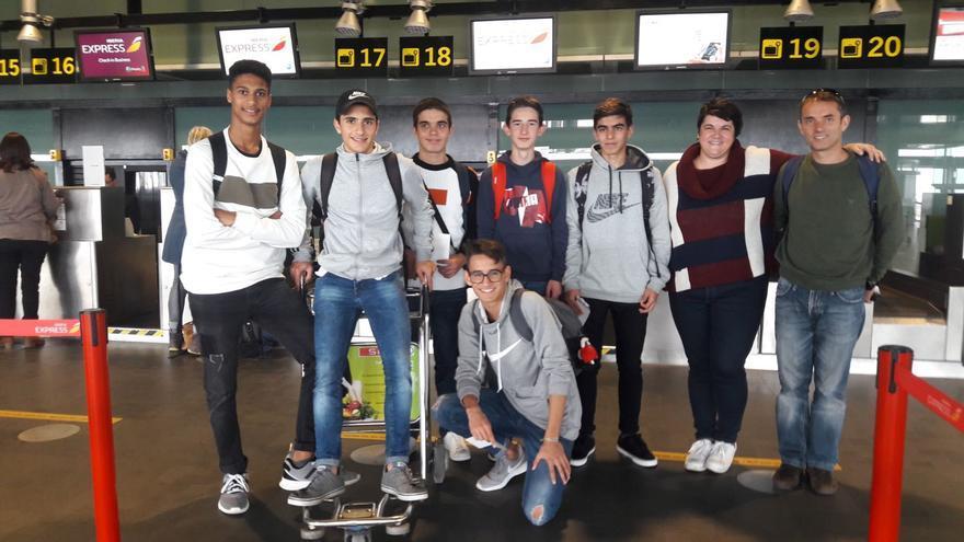 En la imagen, los alumnos que participarán en la carrera.