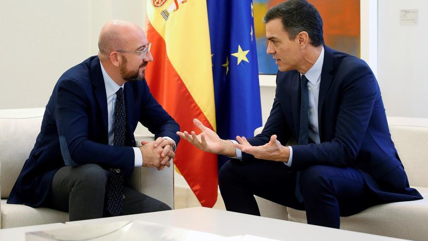 El presidente del Gobierno, Pedro Sánchez, y el presidente del Consejo Europeo, Charles Michel, antes de reunirse esta mañana en el palacio de La Moncloa en Madrid.
