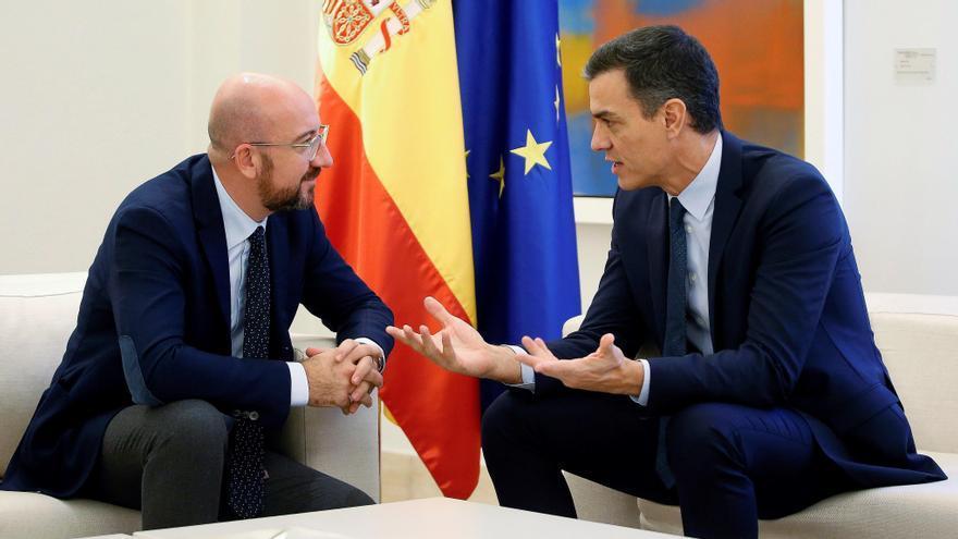 El presidente del Gobierno en funciones, Pedro Sánchez, y el presidente electo del Consejo Europeo, Charles Michel, antes de reunirse esta mañana en el palacio de La Moncloa en Madrid.-