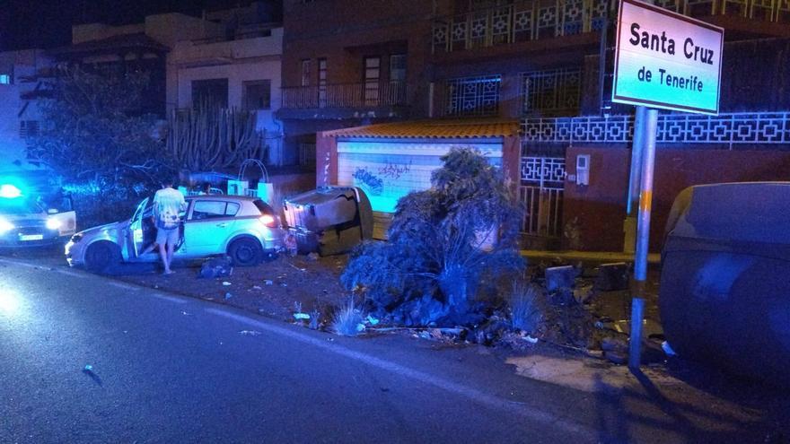 Un joven ebrio embiste su vehículo contra contenedores de basura, la puerta de un garaje y otro coche aparcado en Santa Cruz
