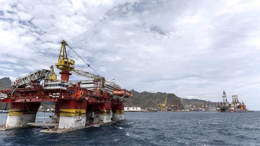 Plataforma petrolífera, en aguas de la bahía de Santa Cruz