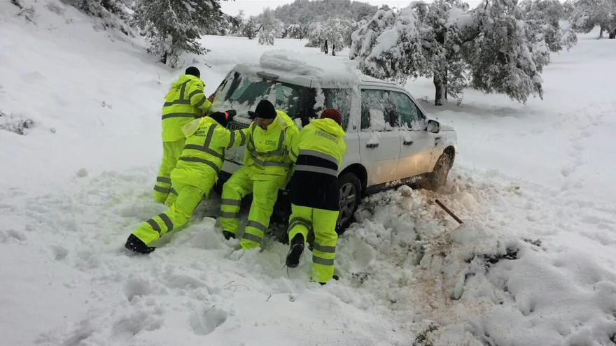 Bomberos forestales rescatan un vehículo atrapado en la nieve en la carretera de Benifallim