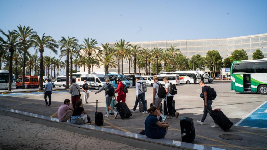 Solo cuatro de los 12 países con los que se ha abierto la frontera permiten la entrada de españoles