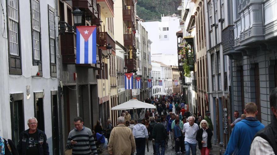 La Calle Real luce desde este viernes adornada con banderas cubanas, como ambientación del lunes de Indianos.